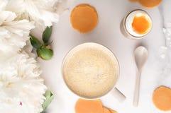Hoogste mening van zacht-gekookt ei met liquide oranje dooier in ceramisch eierdopje, kop van koffie, dunne knapperige graanspaan stock afbeeldingen