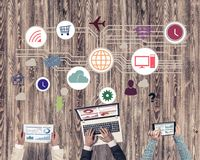 Hoogste mening van zakenlui die bij lijst zitten en gadgets gebruiken Royalty-vrije Stock Foto