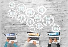 Hoogste mening van zakenlui die bij lijst zitten en gadgets gebruiken stock illustratie