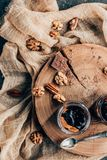 hoogste mening van zoet gastronomisch chocoladedessert met noten royalty-vrije stock fotografie
