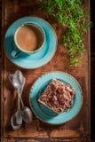 Hoogste mening van zoete en smakelijke die kaastaart met koffie wordt gediend royalty-vrije stock foto's