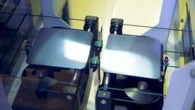 Hoogste mening van zonnemodulecellen die uit uit een fabrieksmachine bij een moderne fabrieksvloer komen stock footage