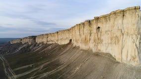Hoogste mening van zuivere klip schot Verbazend panorama van steile witte rots met erosie bij zijn voet Witte berg met stock videobeelden