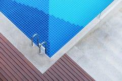 Hoogste mening van zwembad met treden stock afbeeldingen