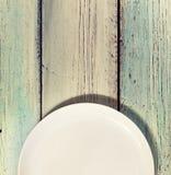 Hoogste mening, witte, lege plaat, houten achtergrond, vrije ruimte voor tekst, Keuken, menu, voedselconcept Royalty-vrije Stock Foto