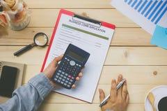 Hoogste menings bedrijfsmensen die calculator gebruiken om zaken te bespreken lo stock afbeelding