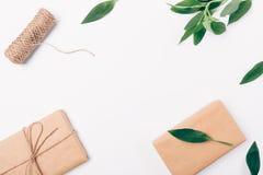 Hoogste menings decoratief die kader van groen, streng en vakjes in bruin ecodocument wordt verpakt, exemplaarruimte Vlak leg reg royalty-vrije stock foto