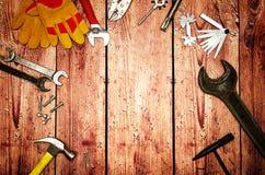 Hoogste menings dichte omhooggaand van verscheidenheids handige hulpmiddelen op houten achtergrond met exemplaarruimte voor uw te stock afbeelding
