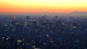 Hoogste menings luchtfoto van vliegende hommel op cityscape vervoersroute en weg stock foto