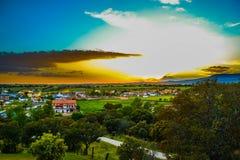 Hoogste menings luchtfoto van vliegende hommel over klein dorp met stock foto's