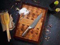 Hoogste menings mooi scherp houten raad en chef-kokmes royalty-vrije stock fotografie