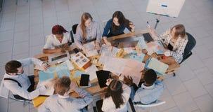 Hoogste menings mooie Europese vrouwelijke chef- belangrijke partners, gelukkig groepswerk en samenwerkingsproces die samenkomen stock footage