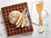 Hoogste menings mooie houten scherpe raad met vers brood stock fotografie