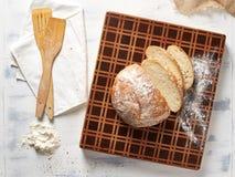 Hoogste menings mooie houten scherpe raad met vers brood royalty-vrije stock foto