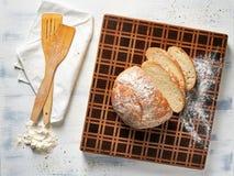 Hoogste menings mooie houten scherpe raad met vers brood royalty-vrije stock afbeeldingen