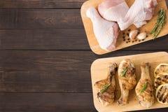 Hoogste menings ruwe kip en geroosterde kip op scherpe raad op houten achtergrond Copyspace voor uw tekst royalty-vrije stock foto's