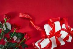 Hoogste menings verse rood nam bloem en giftdoos op rood dek met emp toe royalty-vrije stock foto