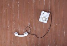 Hoogste menings witte uitstekende telefoon met verbeterd op bruine houten geweven royalty-vrije stock afbeeldingen