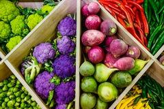 Hoogste meningsassortiment van verse groenten bij markt tegen, plantaardige winkel, landbouwersmarkt Organisch, gezond, vegetaris stock afbeelding