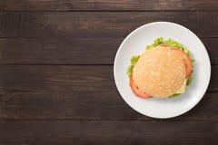Hoogste meningsbbq hamburger op witte schotel op houten achtergrond Exemplaarkuuroord Stock Foto