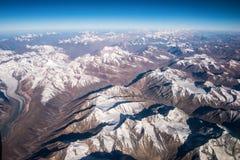 Hoogste meningsbeeld van de berg van Himalayagebergte en de blauwe hemel Stock Foto's