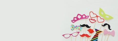 Hoogste meningsbeeld van de grappige en kleurrijke steunen van de fotocabine voor partij stock afbeelding