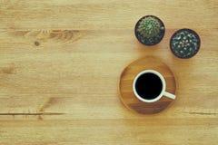 hoogste meningsbeeld van kop van koffie op houten lijst Stock Foto's