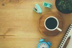 hoogste meningsbeeld van kop van koffie op houten lijst Stock Afbeelding