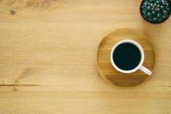 hoogste meningsbeeld van kop van koffie op houten lijst Royalty-vrije Stock Foto's