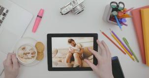 Hoogste meningsBureau met gadgets, bureaulevering en foto's op de tablet stock videobeelden