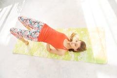 Hoogste meningsfoto die van een sportenmeisje die een kromming in de rug doen, zich op tiptoe bevinden Yogaoefening voor een gezo royalty-vrije stock afbeeldingen