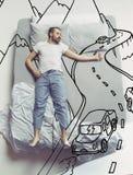 Hoogste meningsfoto van jonge mensenslaap in een groot wit bed en zijn dromen royalty-vrije stock foto's