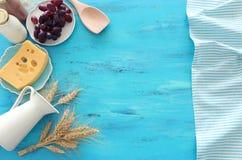Hoogste meningsfoto van zuivelproducten over blauwe houten achtergrond Symbolen van Joodse vakantie - Shavuot stock fotografie