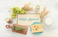 Hoogste meningsfoto van zuivelproducten over witte houten achtergrond Symbolen van Joodse vakantie - Shavuot stock fotografie