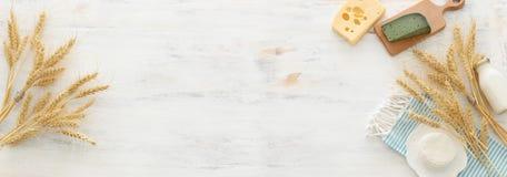 Hoogste meningsfoto van zuivelproducten over witte houten achtergrond Symbolen van Joodse vakantie - Shavuot royalty-vrije stock afbeelding