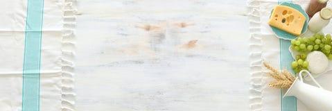 Hoogste meningsfoto van zuivelproducten over witte houten achtergrond Symbolen van Joodse vakantie - Shavuot stock foto's