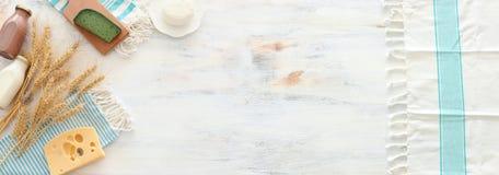 Hoogste meningsfoto van zuivelproducten over witte houten achtergrond Symbolen van Joodse vakantie - Shavuot stock afbeeldingen