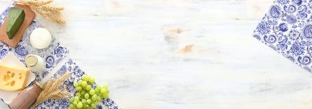 Hoogste meningsfoto van zuivelproducten over witte houten achtergrond Symbolen van Joodse vakantie - Shavuot royalty-vrije stock foto