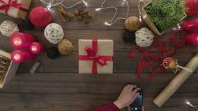Hoogste Meningshanden die Smartphone-Kerstmis gebruiken stock video