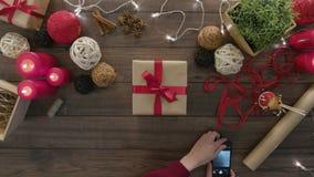 Hoogste Meningshanden die Smartphone-Kerstmis gebruiken stock videobeelden