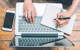 Hoogste meningshanden op een notitieboekjecomputer op het leeg scherm en een bevelschrift stock afbeelding