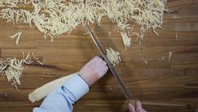 Hoogste meningshanden van chef-kok die tot ei maken eigengemaakte noedels scène Baker handen die het deeg snijden Hoogste mening  stock video