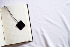 Hoogste meningsinzameling van zwarte leernotitieboekje en referentie Stock Foto's