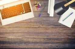 Hoogste meningslaptop computer op werkend bureau met exemplaarruimte Stock Foto