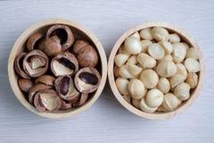Hoogste meningsmacadamia noten en shell in houten kom Royalty-vrije Stock Foto