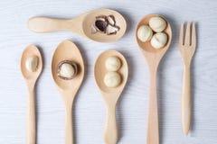 Hoogste meningsmacadamia noten en shell in houten lepels Royalty-vrije Stock Foto