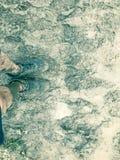 Hoogste meningsmens die de tennisschoenen van sportschoenen op modderig rasspoor dragen stock foto