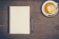 Hoogste meningsnotitieboekje en pen met koffiekop op houten lijst royalty-vrije stock fotografie