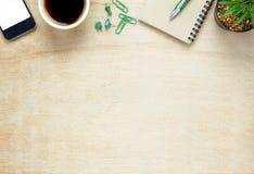 Hoogste meningsnotitieboekje, potlood, zwarte koffie, boom, mobiele telefoon, papercli royalty-vrije stock foto's