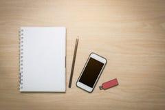 Hoogste meningsnotitieboekje, slimme telefoon, potlood, flitsaandrijving royalty-vrije stock foto